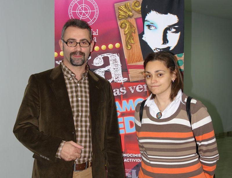 El Vicerrector de Extensión Universitaria, Manuel de Lara, acompañado por la joven escritora Premio Nacional de Literatura Juvenil, Laura Gallego, durante su visita a la Universidad