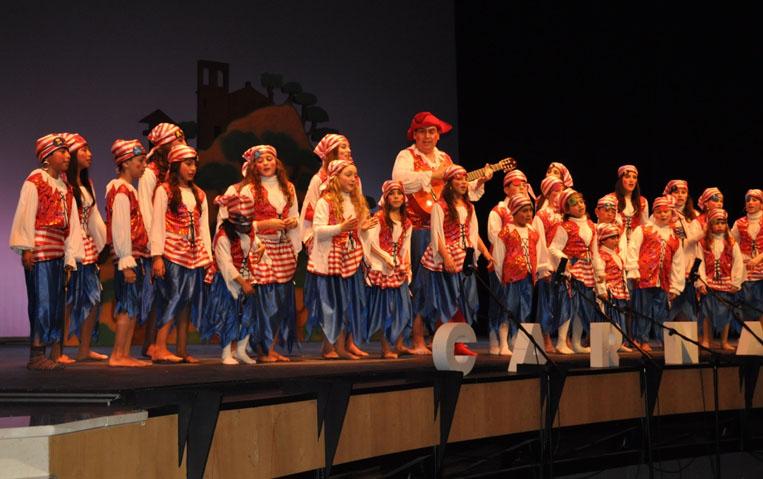 """Actuación de la chirigora infantil """"La banda de los Piratas, operaos de cataratas"""" en Lepe"""