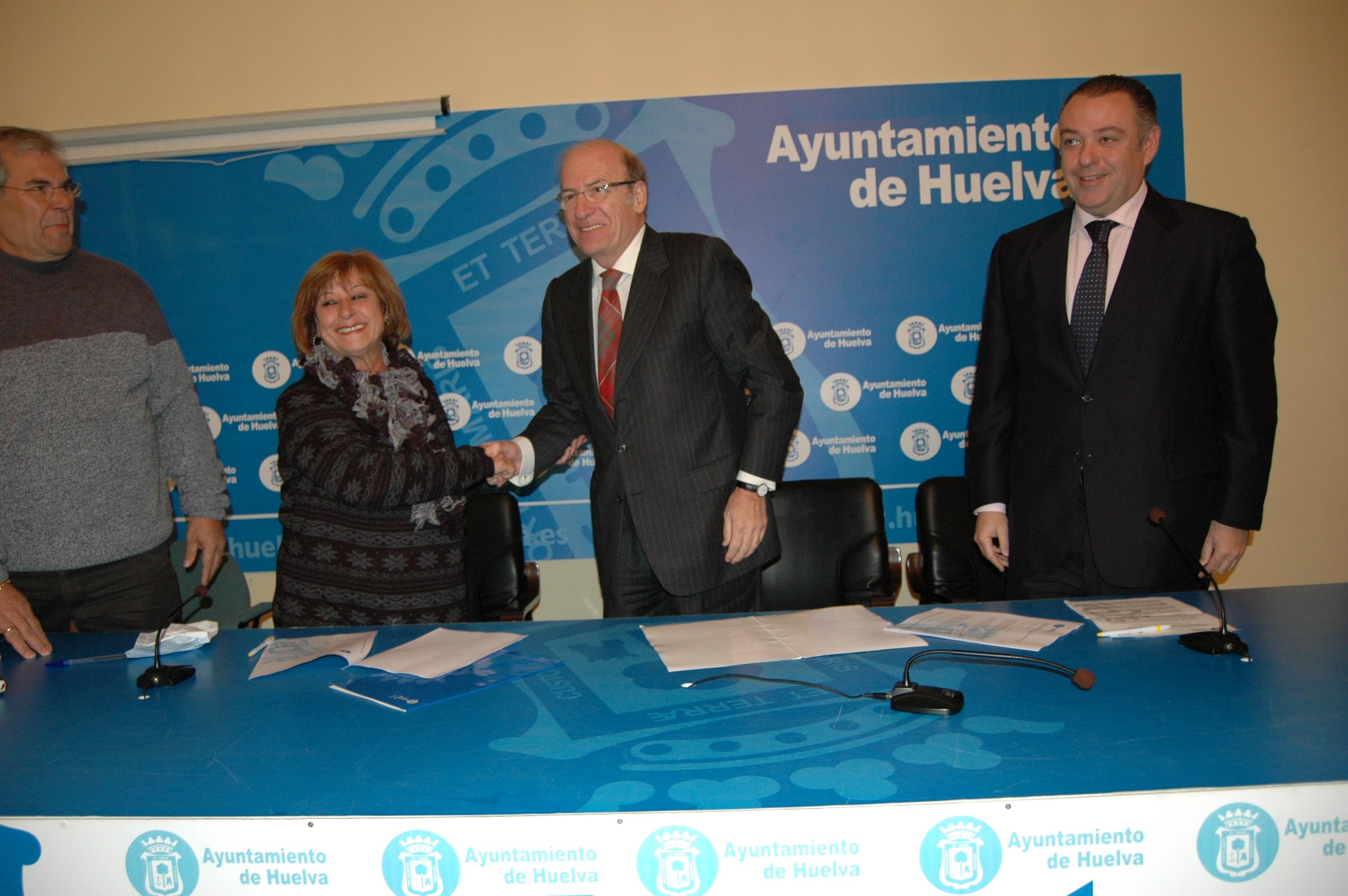 Momento de la firma del convenio entre el Ayuntamiento de Huelva y la Mancomunidad de Propietarios Urbanización Santa Marta