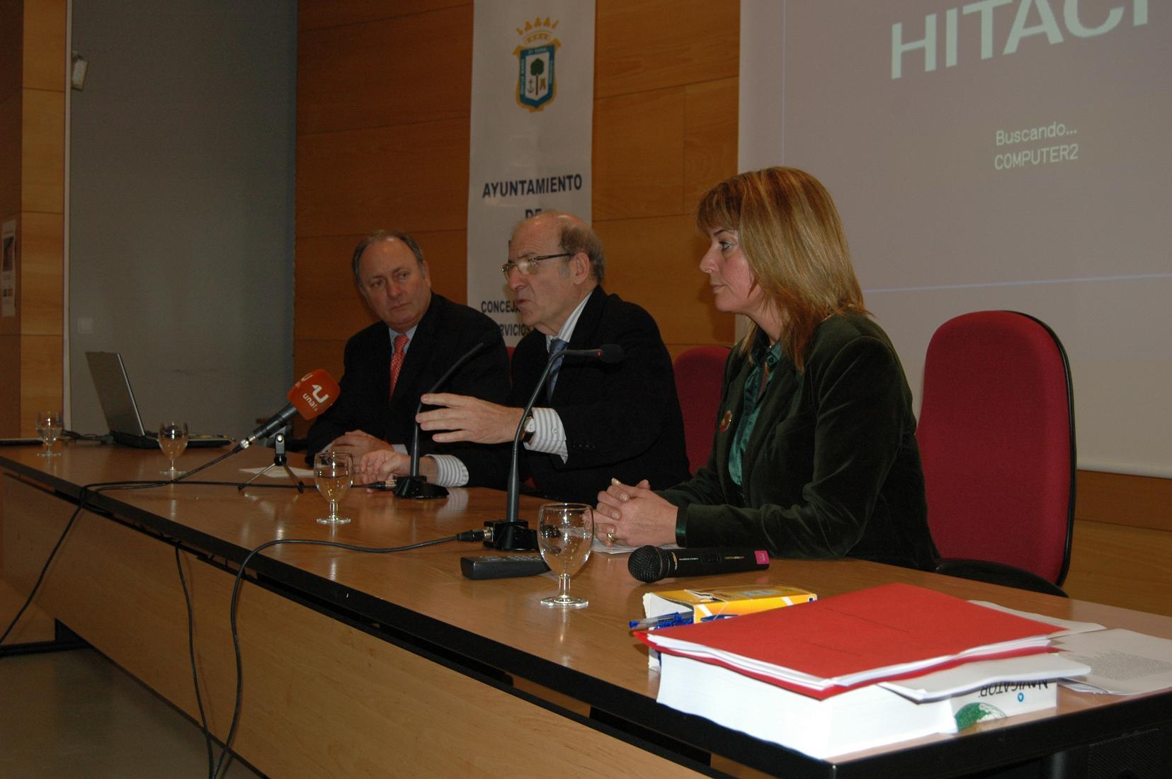 La inauguración de las jornadas corrió a cargo del alcalde de Huelva, el director de la Refinería La Rábida y la teniente de alcalde de Familia, Servicios Sociales y Juventud.