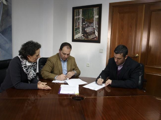 La concejal y el alcalde de Aljaraque junto al director de Leroy Merlín, Carlos Fernández, durante la firma de otro convenio el pasado año.