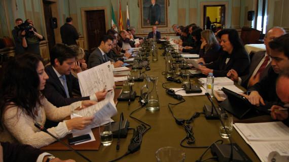 El pleno del Ayuntamiento de Huelva aprueba la renovación de la flota de la Policía Local y ratifica el acuerdo con Emtusa