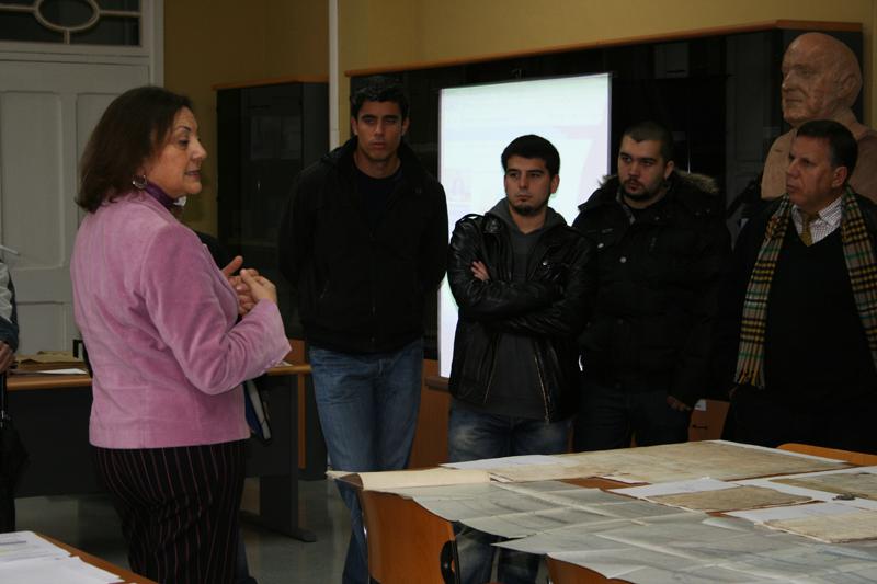 Estudiantes de Humanidades de la Onubense conocen el Archivo Municipal
