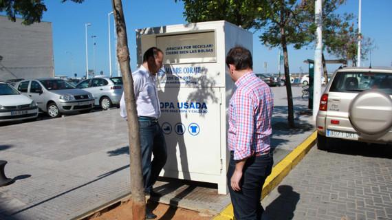 El Ayuntamiento de Ayamonte y Madre Coraje instalan en el municipio dos nuevos contenedores de ropa usada