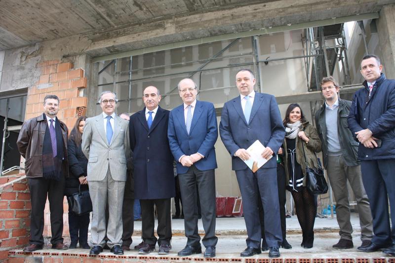 El alcalde de Huelva, Pedro Rodríguez, visitó las obras de la Clínica Costa de la Luz.