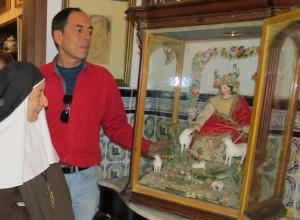 El albacea del legado de Garfias, Francisco López, entrega una imagen de finales del siglo XVIII de la Pastora -nombre de la madre y hermana del escritor- a las Hermanas de la Cruz de Moguer, cumpliendo la voluntad de su tío.