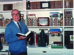 Francisco Garfias, junto a su biblioteca personal / Foto: Archivo F. Garfias (donado por Paco López)