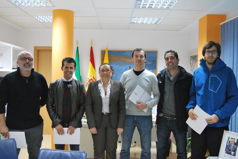 La alcaldesa de Isla Cristina junto a los representantes de las Escuelas.
