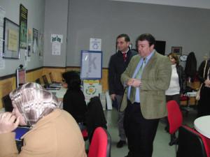 El delegado de Economía, Eduardo Muñoz, durante su visita al Guadalinfo de Moguer.