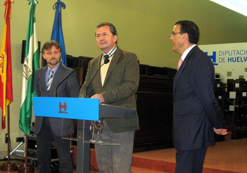 El alcalde de Punta Umbría presenta junto a Fiscal y Caraballo la programación del 50 aniversario del municipio.