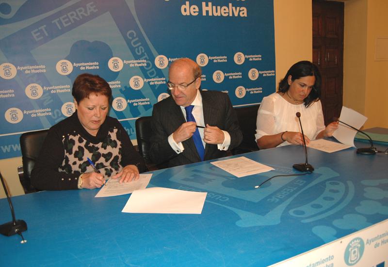 La presidenta de la Asociación Santa Águeda, el alcalde y la edil Juani Carrillo ratifican el acuerdo.