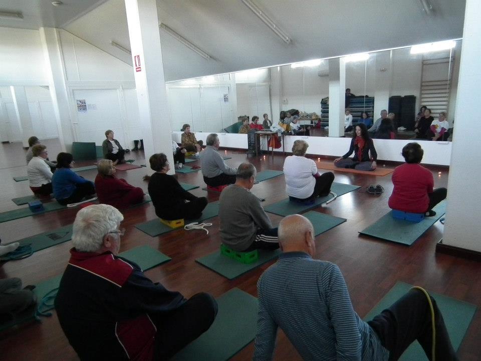La sesión de yoga fue impartida por la monitora Mariló Zurita.
