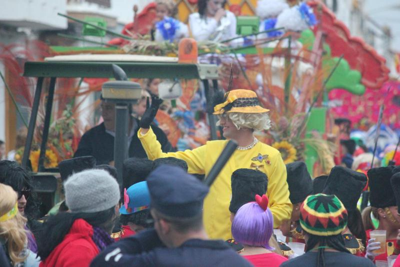 La Reina Isabel II de Inglaterra no quiso perderse el Carnaval de calle de San Juan del Puerto.