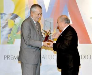 Benito de la Morena recibió el Premio Andalucía de Medio Ambiente de manos de José Antonio Griñán.