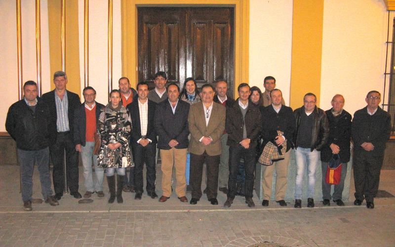 Integrantes de la Comisión posan junto al alcalde, Juan Carlos Lagares, y al resto de la Corporación Municipal palmerina.