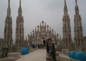 Rocio Macías en la cubierta de la Catedral de Duomo, en Milán