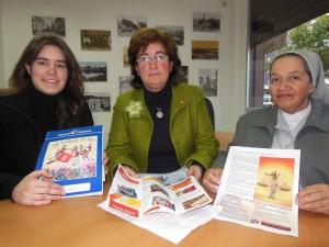 Una componente del grupo joven de Manos Unidas, María Paíz, ladelegada de la organización en Bella Vista, Pilar Jiménez, y la misionera de la Madre Laura, Esperanza Arboleda, visitan las instalaciones de Huelva Buenas Noticias