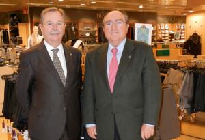 El director de Hipercor Huelva, Andrés Fuentes López, y el Presidente del Banco de Alimentos en Huelva, Juan Manuel Díaz Cabrera, en el Centro Comercial el día de la entrega de dicha donación.