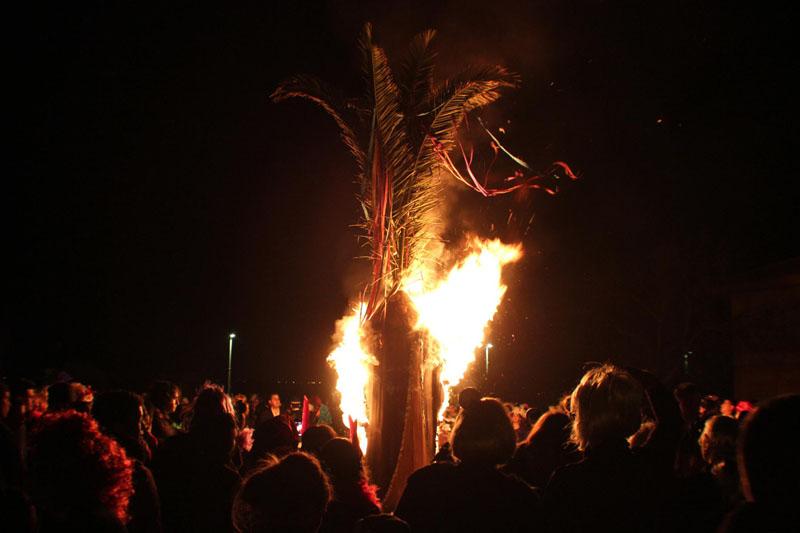 El palmito del Carnaval de San Juan del Puerto prendido en llamas. / Foto: Juan Antonio Ruiz