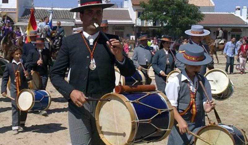Entre las actuaciones de la gala se encuentra la participacion de la Escuela de Tamborileros. / Foto: Hermandad de Emigrantes.