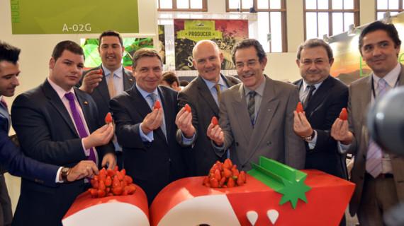 Freshuelva entrega su Insignia de Oro al Ministerio de Agricultura, la Consejería y la Diputación con motivo de su 30º Aniversario