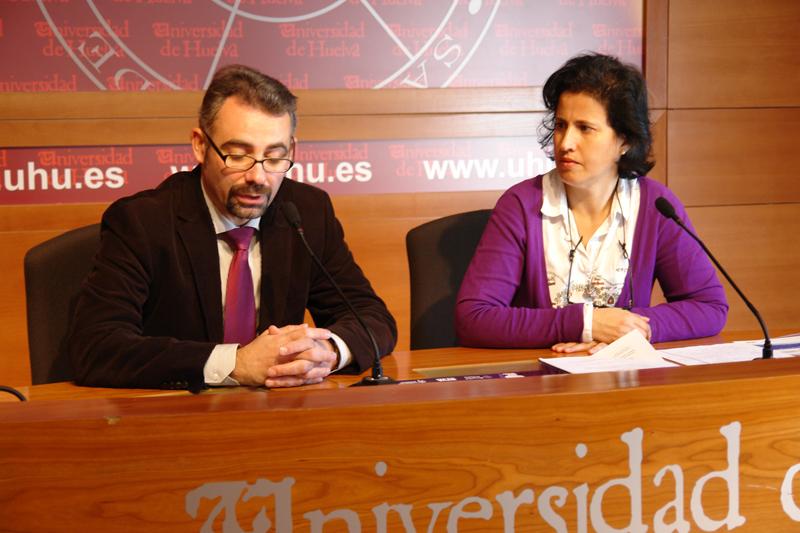 El Vicerrector de Extensión Universitaria y Relaciones Internacionales, Manuel José de Lara y la Directora de la Fundación Audiovisual de Andalucía (AVA), May Silva, durante la presentación de la muestra.