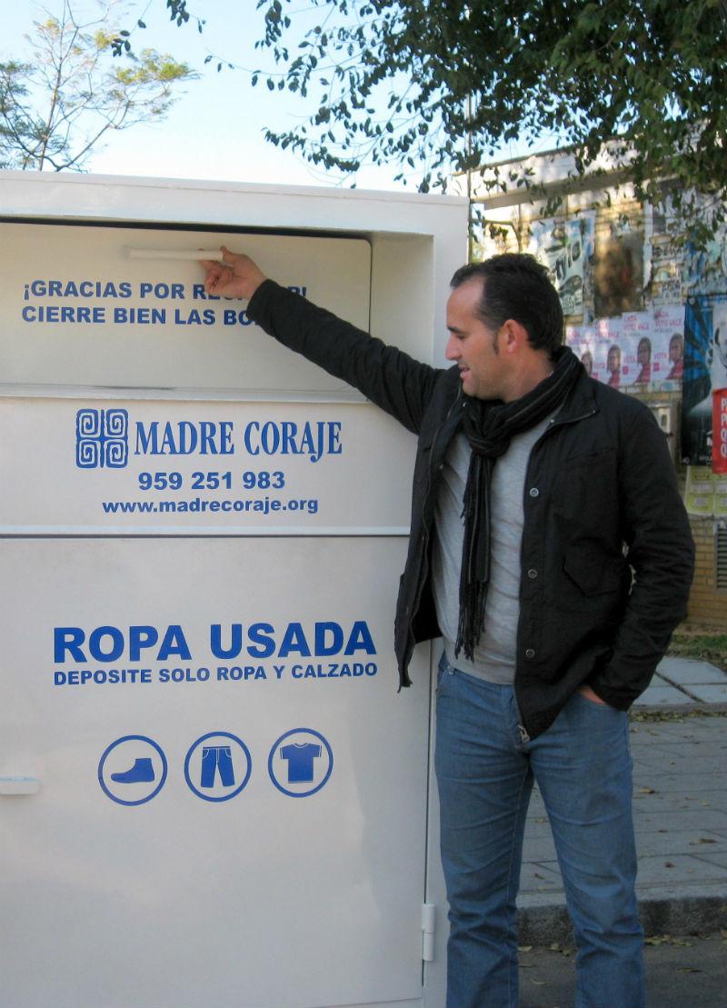 Madre Coraje lleva a cabo la venta solidaria de la ropa y realiza talleres en Huelva con el dinero recaudado