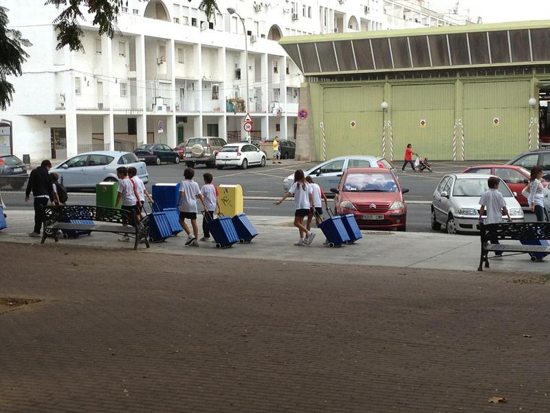 Los pequeños se están familiarizando con los contenedores de reciclaje.