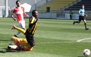 Wilson Cuero es derribado por el meta del Cartagena. El claro penalti lo marró Mustafá. / Foto:; Josele Ruiz.