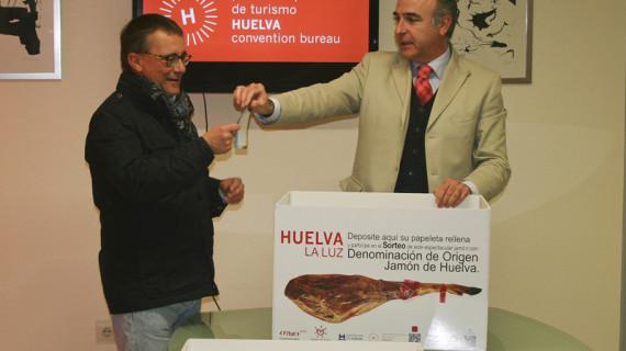 María Rosa Escobar ha sido la ganadora del jamón de Huelva sorteado en Fitur