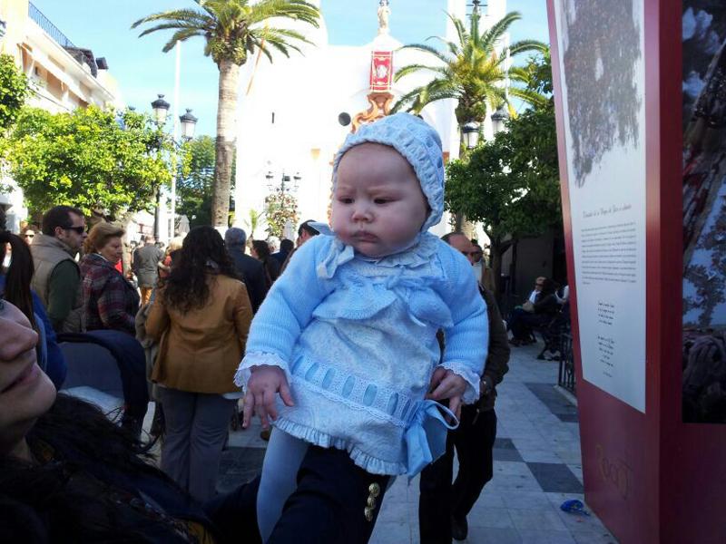 La pequeña Lola, de tres meses y medio, fue presentada a la Virgen en Almonte.