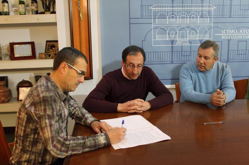 El alcalde de Bollullos y el director de la Banda rubrican el convenio.