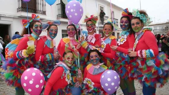 El Carnaval de Cartaya disfruta de un multitudinario y colorido pasacalles