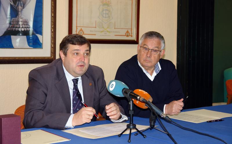 El rector de la Universidad de Huelva, Francisco José Martínez López, junto al presidente del Recreativo de Tenis, Félix Pérez Romón dieron a conocer el convenio.