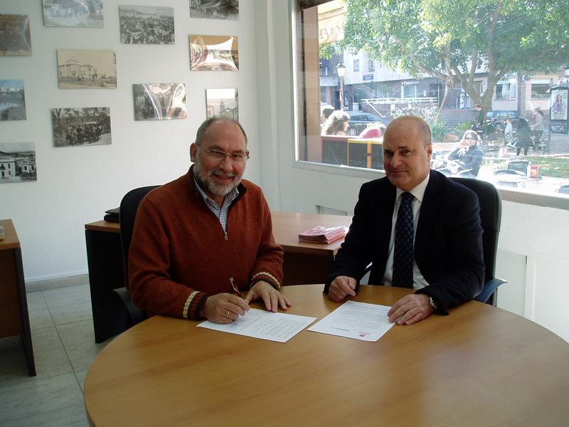 Carlos González con el director de HBN, Ramón Fernández, en la firma del convenio de colaboración.