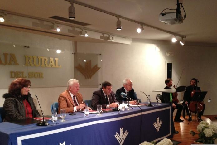 El escritor Diego Lopa ha sido presentado por el presidente de la Fundación Caja Rural del Sur, José Luis García Palacios.