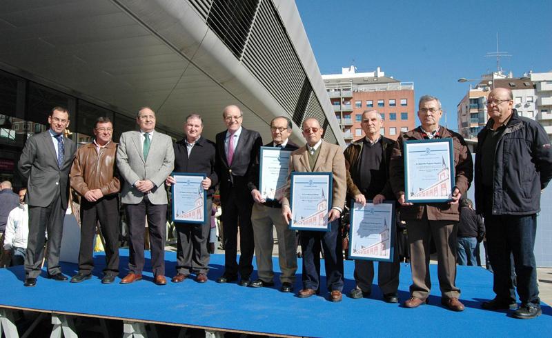 Los homenajeados junto al alcalde de Huelva, Pedro Rodríguez.