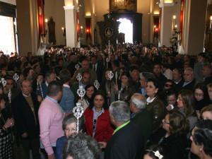 Una vez delante de la Virgen, el coro de San Juan le rezó la salve acompañado por cientos de rocieros.