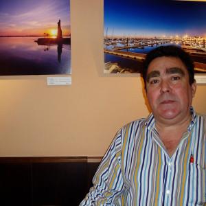 Joaquín Linero Rocataliata junto a dos de las fotografías que se exponen en el restaurante estos días.