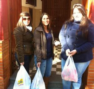 Jóvenes socias de Almacen Solidario entregando alimentos a las Hermanas de la Cruz de Huelva.