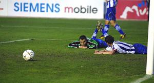Loren, tendido, junto a Espínola tras encajar un gol en el partido ante los murcianos. / Foto: J. López.