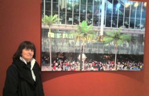 La fotógrafa Marisa González junto a una de las imágenes de 'Ellas, filipinas'.