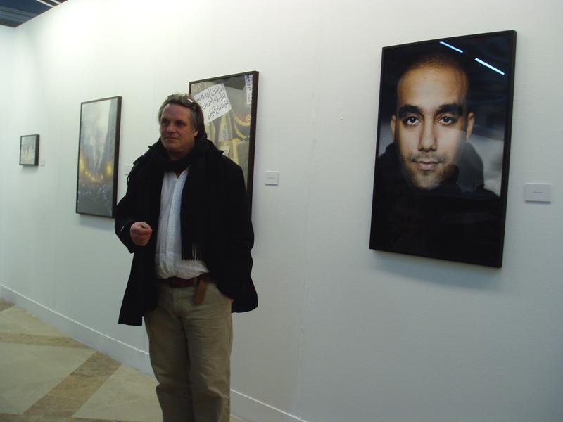 Uno de los autores de la muestra, Maurice Weiss, junto a una de sus fotos.
