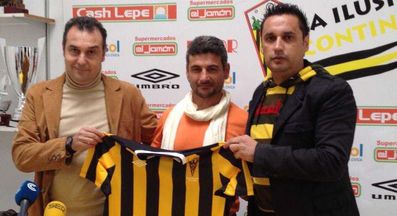 Menudo posa con el presidente Rafael Mendoza -izquierda-, y el director deportivo Manolo Santana.
