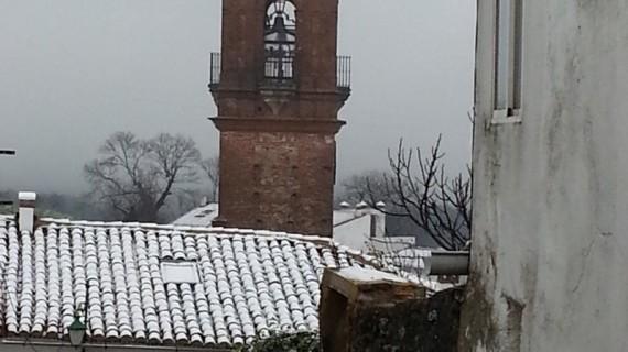La nieve envuelve a la localidad serrana de Fuenteheridos en el Día de Andalucía