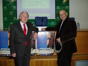 Pablo Juliá y el director de Latitudes, José Luis Ruiz, junto al cartel de la V edición del Festival.