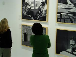 Muchos onubenses se acercaron a la inauguración de la muestra en el Rectorado.