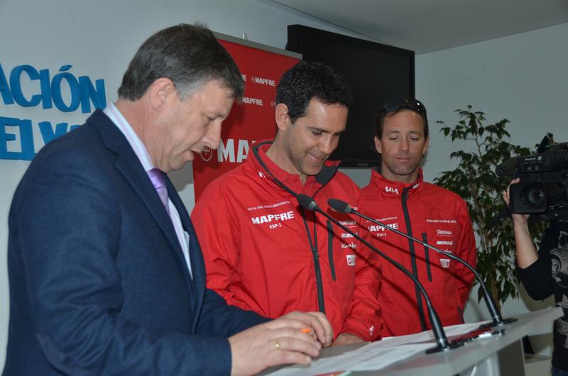 Carmelo Romero, alcalde de Palos, con los miembros del proyecto Desafío Mapfre.