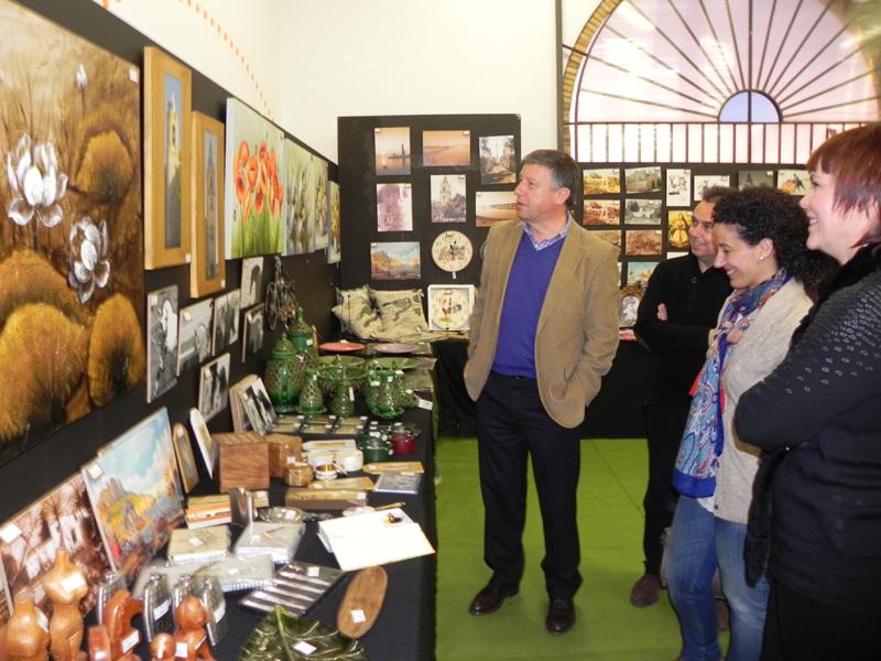 El alcalde de Palos visita la muestra.