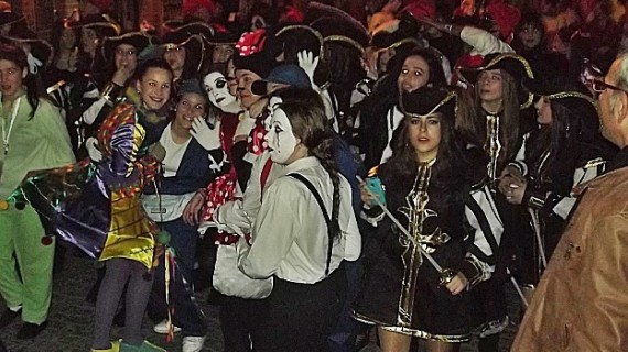 Las calles de Bonares se llenan de disfraces para celebrar el Carnaval